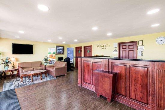 Quality Inn: Spacious lobby
