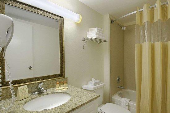 Days Inn by Wyndham Silver Spring: Bathroom