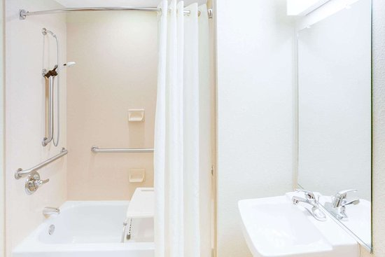 Microtel Inn & Suites by Wyndham Saraland/North Mobile: Guest room bath
