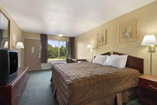 Days Inn by Wyndham Roanoke Civic Center: Standard King Bed Room