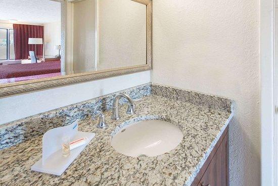Days Inn & Suites by Wyndham Dayton North: Bathroom