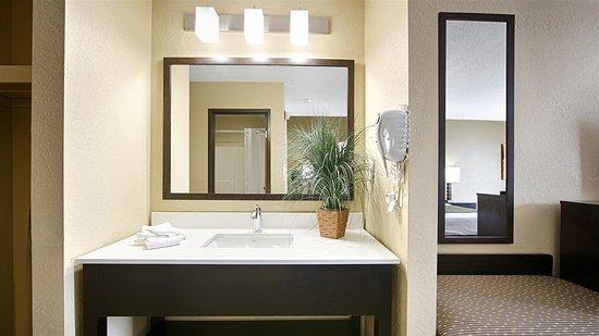 Best Western Norwalk: Guest Bathroom