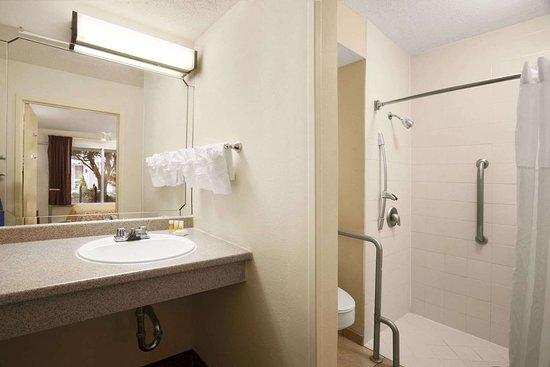 Days Inn by Wyndham Alexandria: ADA Bathroom