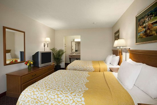 Days Inn by Wyndham Alexandria: Standard Two Double Bed Room