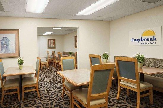 Days Inn by Wyndham Alexandria: Breakfast Area