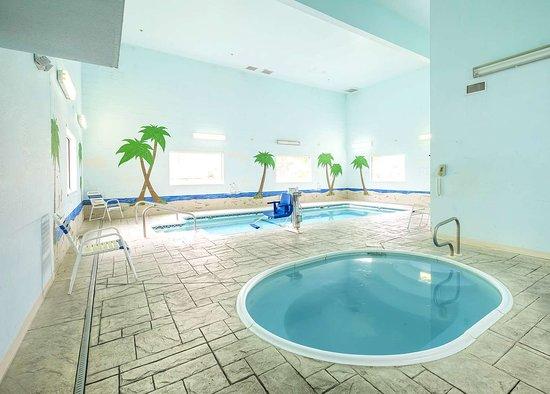 Red Roof Inn St. Robert: Indoor Hot Tub