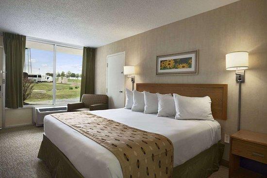 Days Inn by Wyndham Frederick: Standard King Bed Room