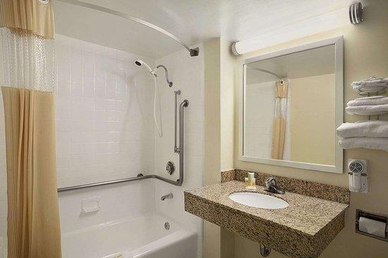 Days Inn by Wyndham Frederick: ADA Bathroom
