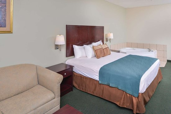 Americas Best Value Inn - Wiggins: One King Bed Jacuzzi