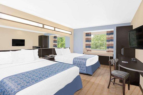 Microtel Inn & Suites by Wyndham Waynesburg: Guest room