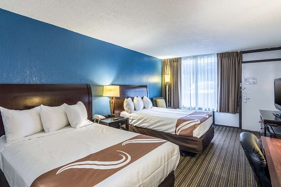 Quality Inn & Suites: Well-equipped guest room