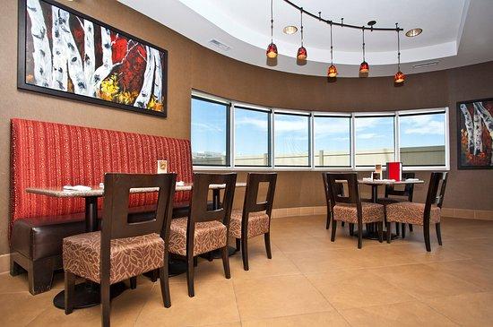 Best Western Premier Freeport Inn Calgary Airport: Liberty Lounge