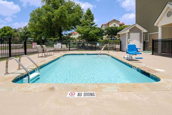 Microtel Inn and Suites by Wyndham Austin Airport: Pool