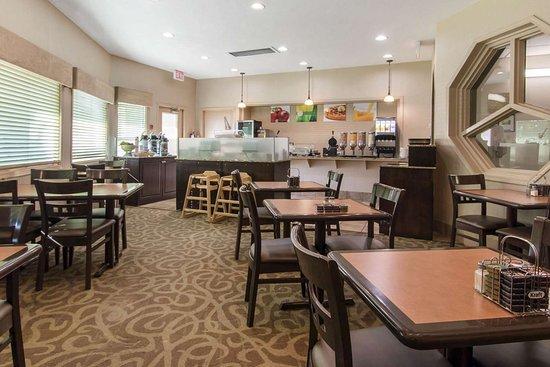 Quality Inn Medicine Hat: Spacious breakfast area