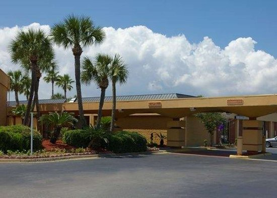 Quality Inn and Suites: Hotel exterior