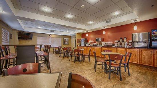 Best Western Plus Woodland Hills Hotel & Suites: Breakfast area