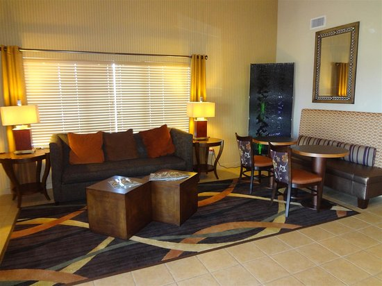 Best Western Plus Woodland Hills Hotel & Suites: Lobby