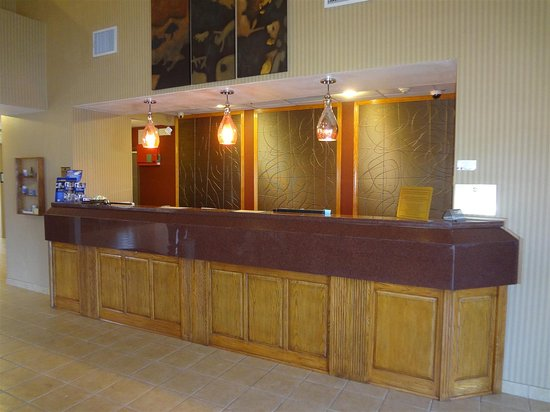 Best Western Plus Woodland Hills Hotel & Suites: Front Desk