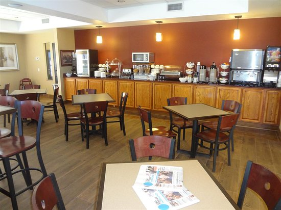 Best Western Plus Woodland Hills Hotel & Suites: Breakfast Area