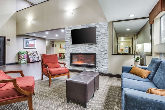 Comfort Inn & Suites Love Field Dallas Market Center: Spacious lobby with sitting area