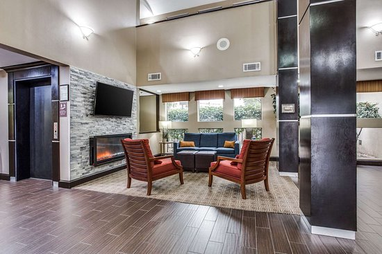 Comfort Inn & Suites Love Field Dallas Market Center: Lobby with sitting area