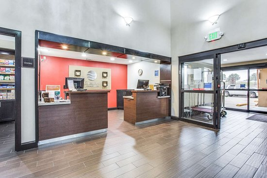 Comfort Inn & Suites Love Field Dallas Market Center: Front desk with friendly staff
