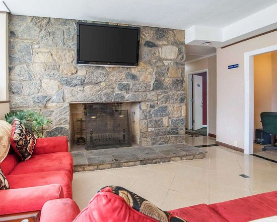Rodeway Inn: Relax by the fireplace in the lobby