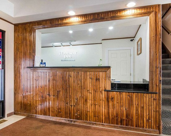 Rodeway Inn: Front desk with friendly staff