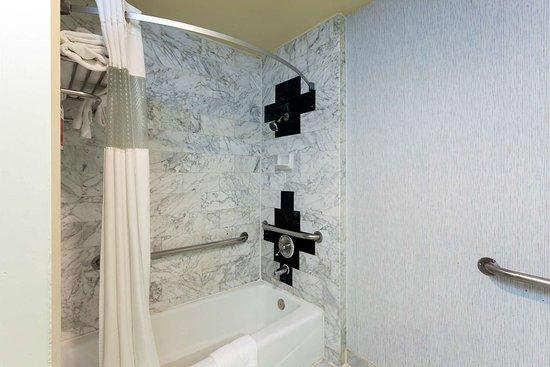 Ramada by Wyndham South El Monte: ADA Bathroom