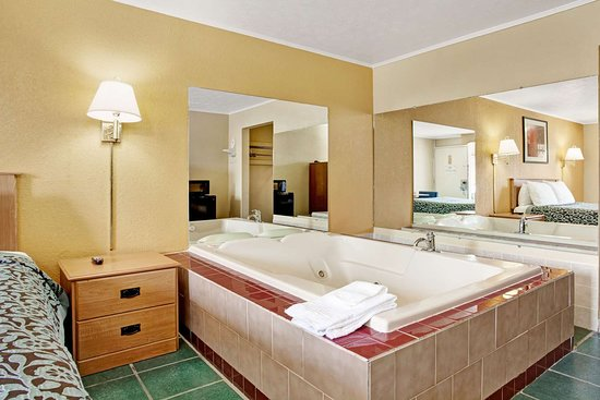 Days Inn by Wyndham Knoxville West: 1 Queen Bed Jacuzzi Room