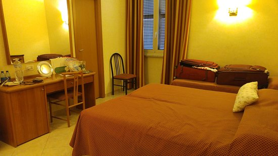 Hotel delle Muse: Room with queen and single beds