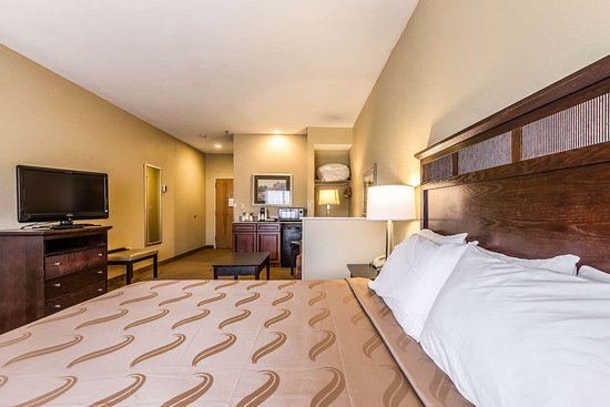 Quality Inn & Suites Hendersonville - Flat Rock: Guest room with sitting area