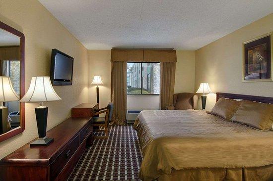 Days Inn by Wyndham Hillsborough: Standard King Bed Room