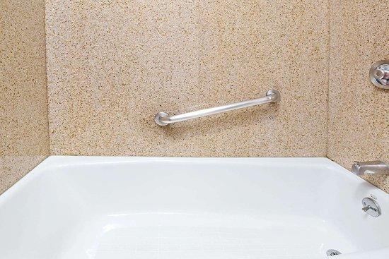 Days Inn by Wyndham West Covina: ADA Bathroom