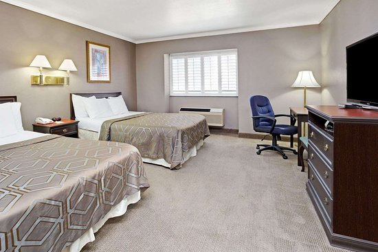 Days Inn by Wyndham West Covina: 2 Queen Bed Room