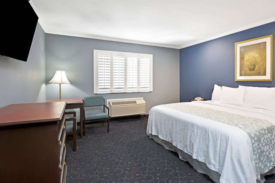 Days Inn by Wyndham West Covina: 1 King Bed Room
