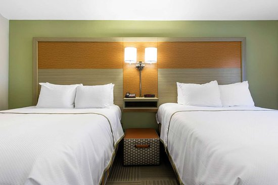 Gallus Stadium Park Inn, an Ascend Hotel Collection Member: Spacious room with queen beds