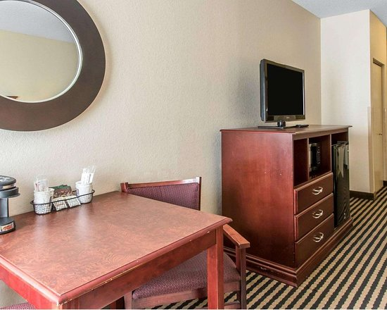 Comfort Inn Birmingham - Irondale: Guest room with flat-screen television
