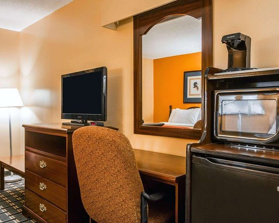 Econo Lodge: Guest room with work space