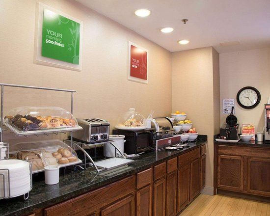 Comfort Suites Fultondale: Free breakfast with waffles