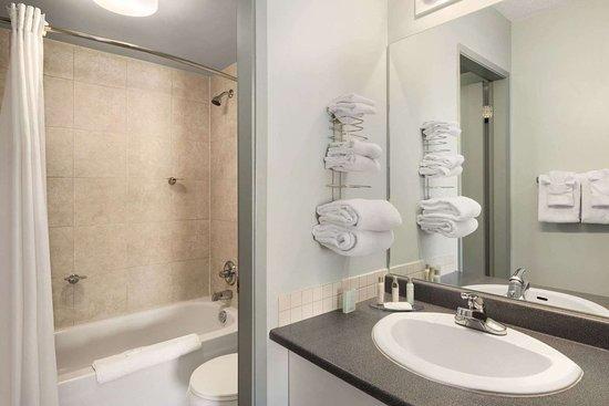 Travelodge Cranbrook: Guest room bath