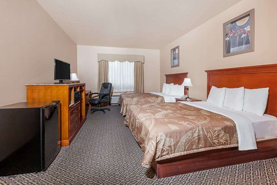 Days Inn & Suites by Wyndham McAlester: Guest room