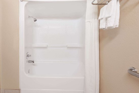 Days Inn & Suites by Wyndham McAlester: Guest room bath