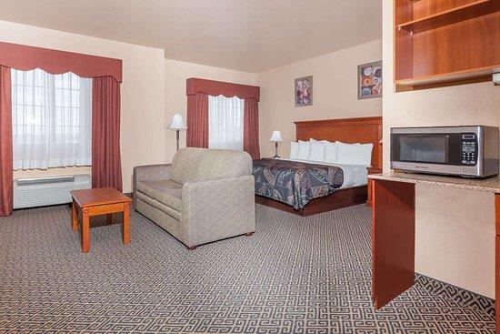 Days Inn & Suites by Wyndham McAlester: Suite
