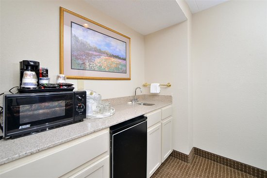 Best Western Kelly Inn: King Suite Wet Bar