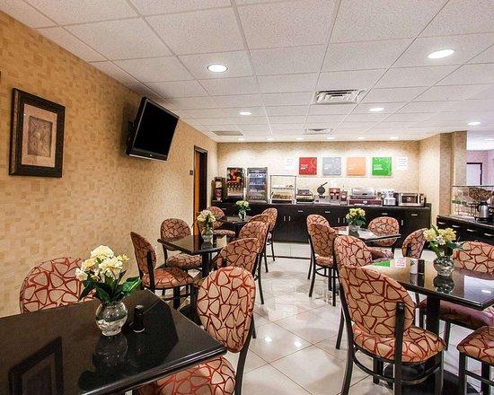 Comfort Inn & Suites Montgomery Eastchase: Enjoy breakfast in this seating area