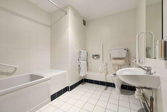 Radwell, UK: Accessible Bathroom