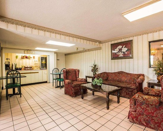 Rodeway Inn: Spacious lobby with sitting area
