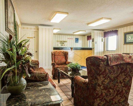 Rodeway Inn: Spacious lobby
