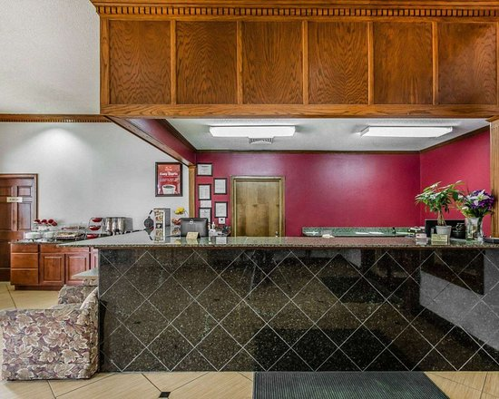 Econo Lodge Inn & Suites: Front desk with friendly staff